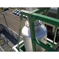 ガスエンジン排気サイレンサの据付状態を屋上から見た写真