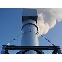 気液二相流フラッシュ蒸気放出サイレンサーの出口フードからミストを含む蒸気が放出されている写真